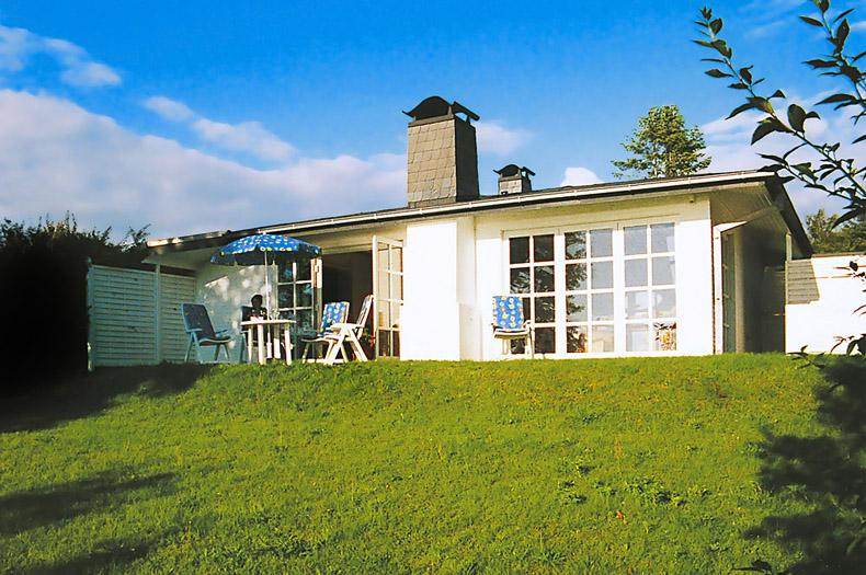 Der Garten des Bungalows mit Terrasse