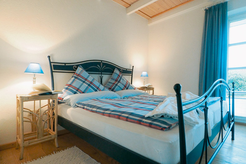 Das geräumige Schlafzimmer mit Doppelbett